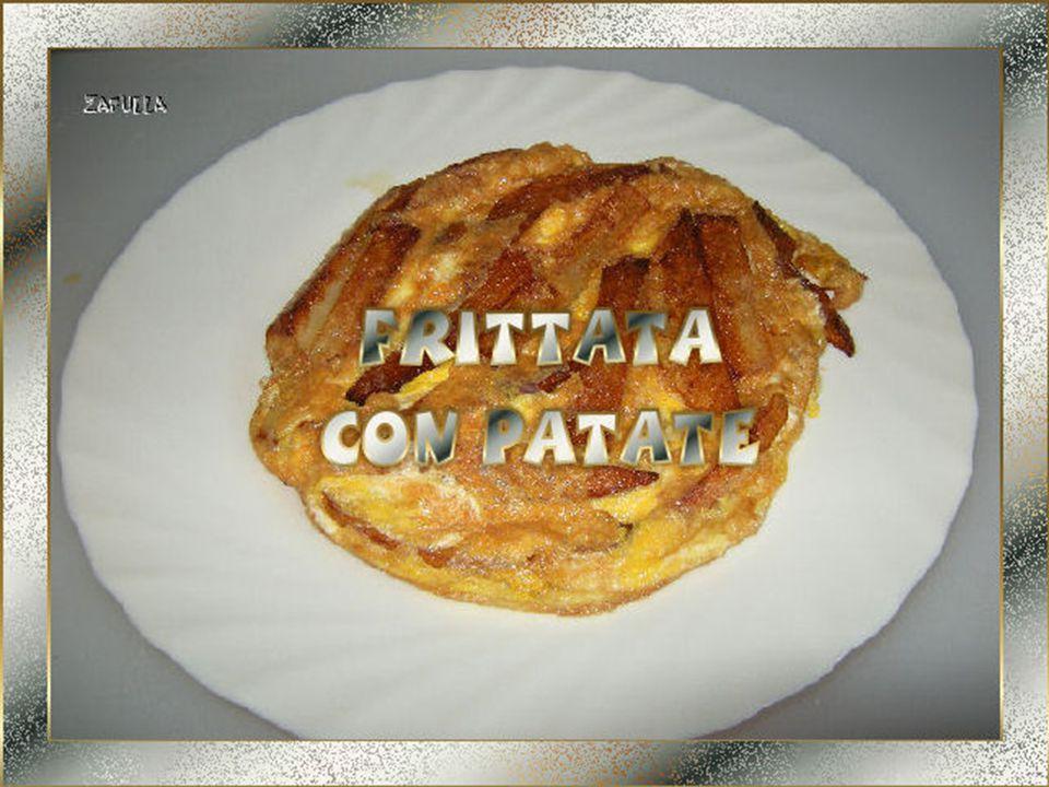 Con l'aiuto, ancora, di un coperchio, rovesciamo la frittata su un piatto e, volendo, aggiungiamo del pepe macinato fresco.