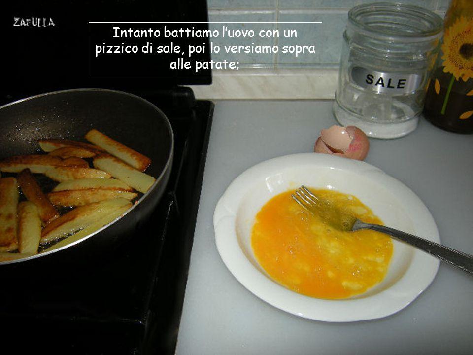 Facciamo scaldare un po' d'olio nel padellino Sbucciamo la patata e la tagliamo come vedete qui; Friggiamo gli spicchi di patata a fuoco medio; Saliamo leggermente e lasciamo colorire per bene;