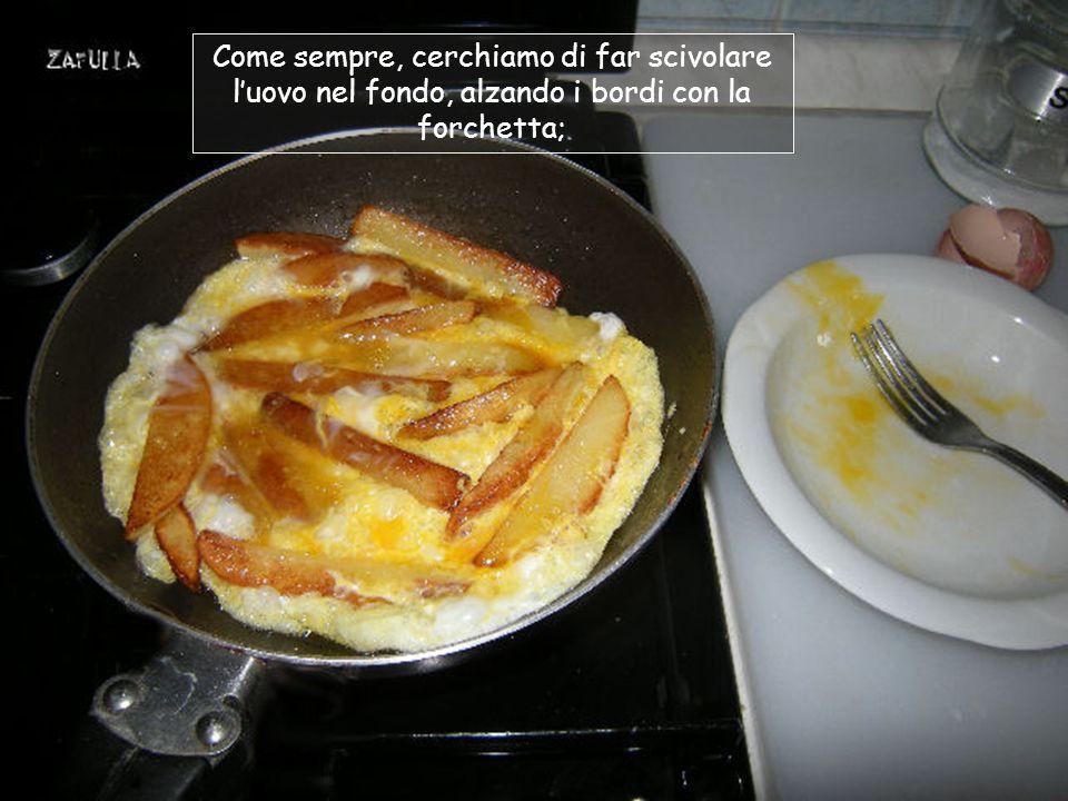 Intanto battiamo l'uovo con un pizzico di sale, poi lo versiamo sopra alle patate;
