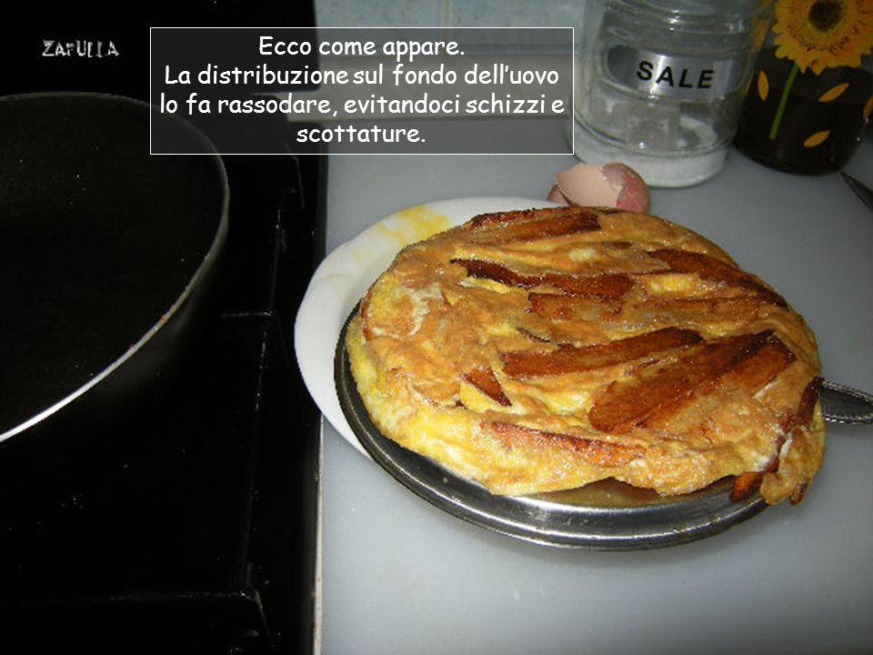 Come sempre, cerchiamo di far scivolare l'uovo nel fondo, alzando i bordi con la forchetta;