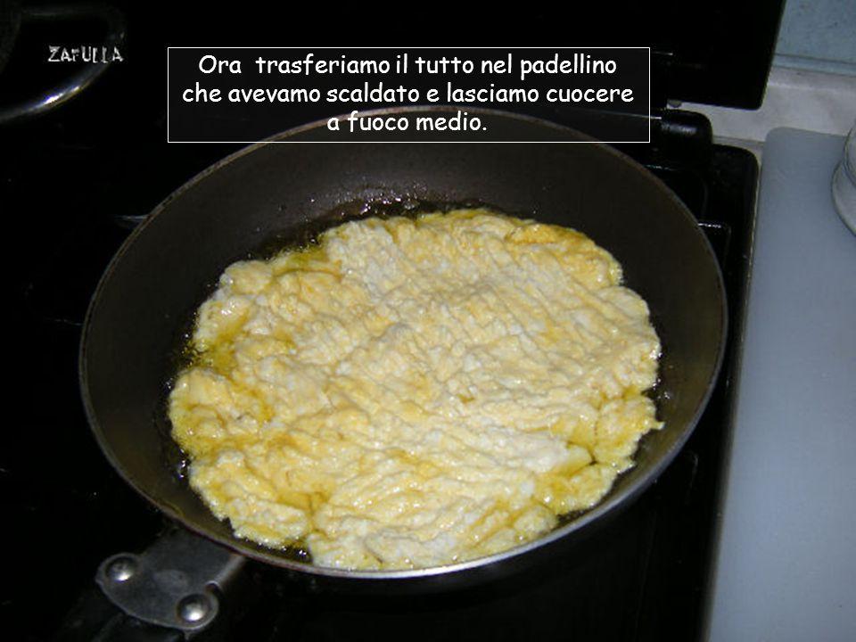 Come al solito, mettiamo a scaldare l'olio nel padellino; rompiamo l'uovo e lo saliamo leggermente; lo sbattiamo con una forchetta e uniamo la ricotta; Amalgamiamo l'uovo e la ricotta come fosse una cremina.