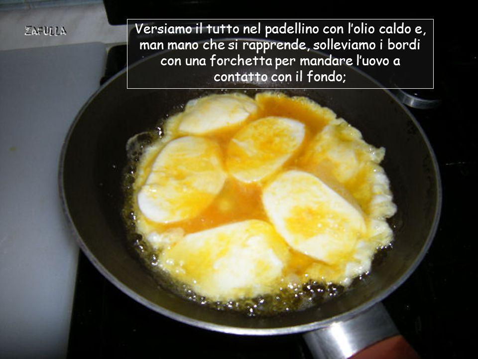 Scaldiamo l'olio in un padellino, a fuoco medio Mettiamo un pizzico di sale nell'uovo e battiamo con una forchetta riduciamo la mozzarella di bufala a dadini, o la affettiamo immergiamo le fette di mozzarella nell'uovo battuto