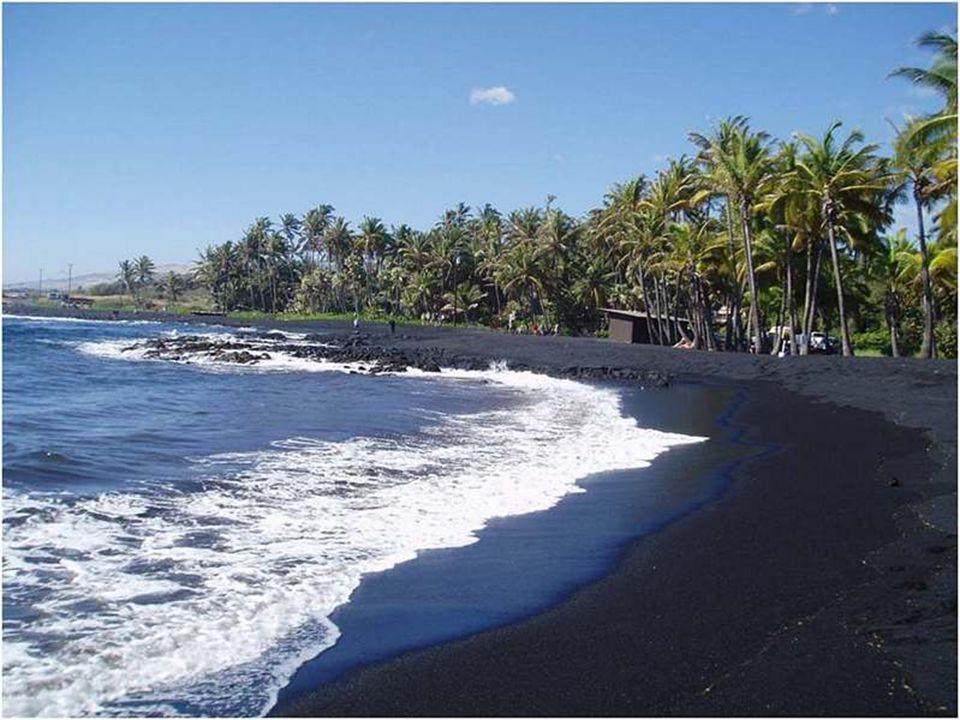 Sabbia di colore nero, Punaluu Beach, nelle Hawaï.