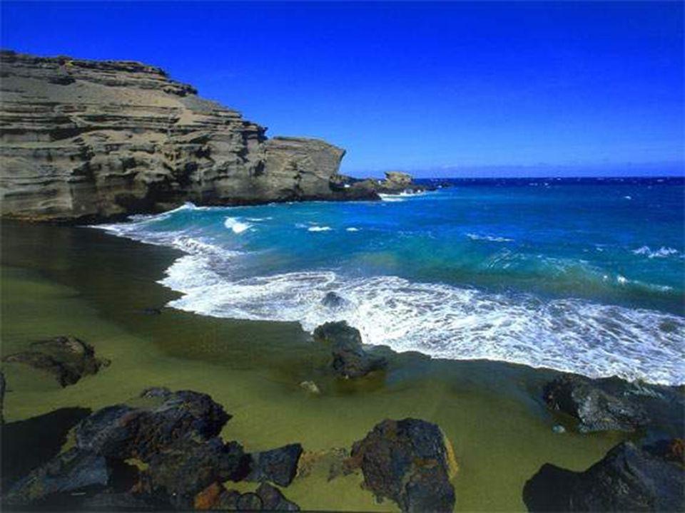 L olivina (minerale ricco di magnesio), un componente comune nella lava delle Hawaii, è relativamente abbondante sulla spiaggia di Papakolea Beach, per questo, in particolare sulle rive, la spiaggia ha una tonalità particolare di verde.