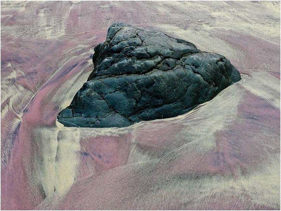 Sotto l'azione delle onde, le forme dei minuscoli cristalli cambiano e creano dei riflessi magnifici, rossi, magenta e violetti.
