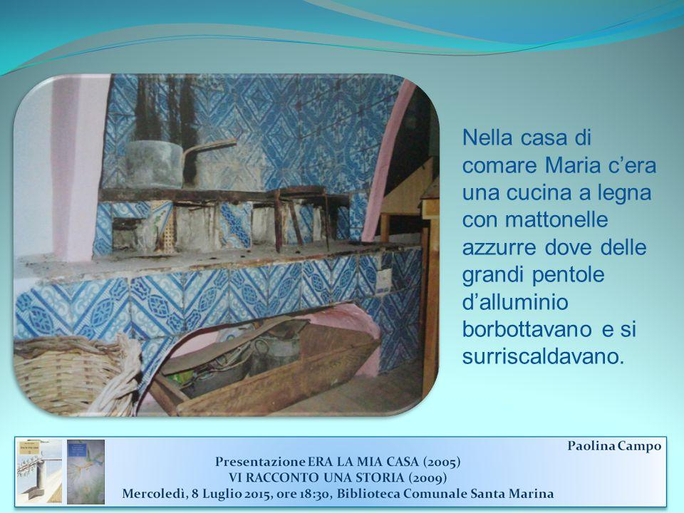 Nella casa di comare Maria c'era una cucina a legna con mattonelle azzurre dove delle grandi pentole d'alluminio borbottavano e si surriscaldavano.