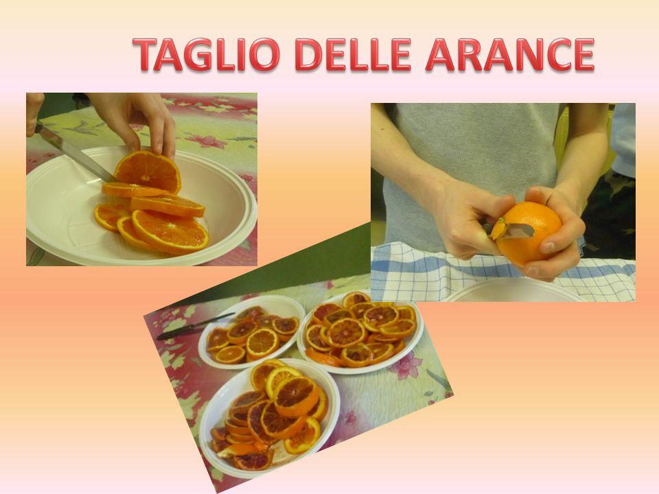Abbiamo buttato le arance in pentola Abbiamo messo lo zucchero al 75 % ogni 1kg di arance abbiamo miscelato e cotto per un'ora e trenta minuti