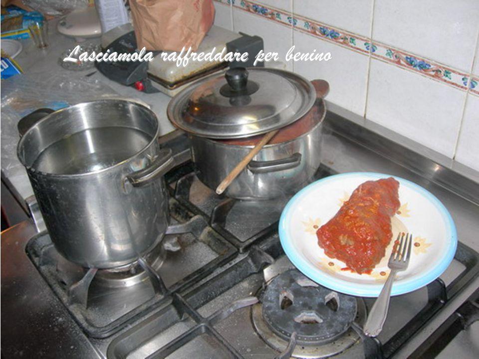 Leviamo la carne oramai cotta e riponiamola in un piatto