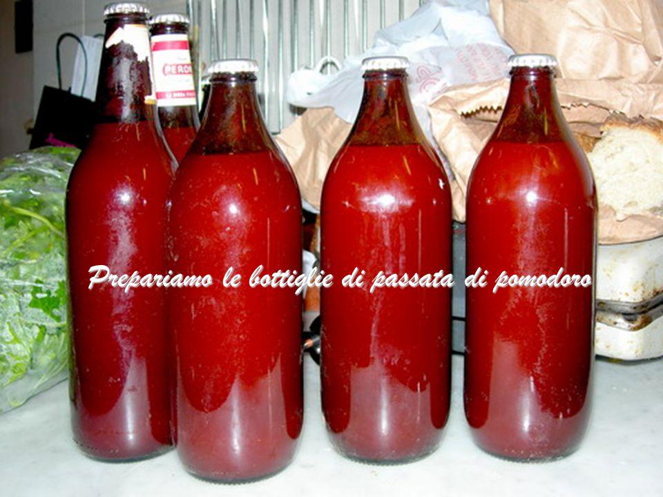 Prepariamo le bottiglie di passata di pomodoro