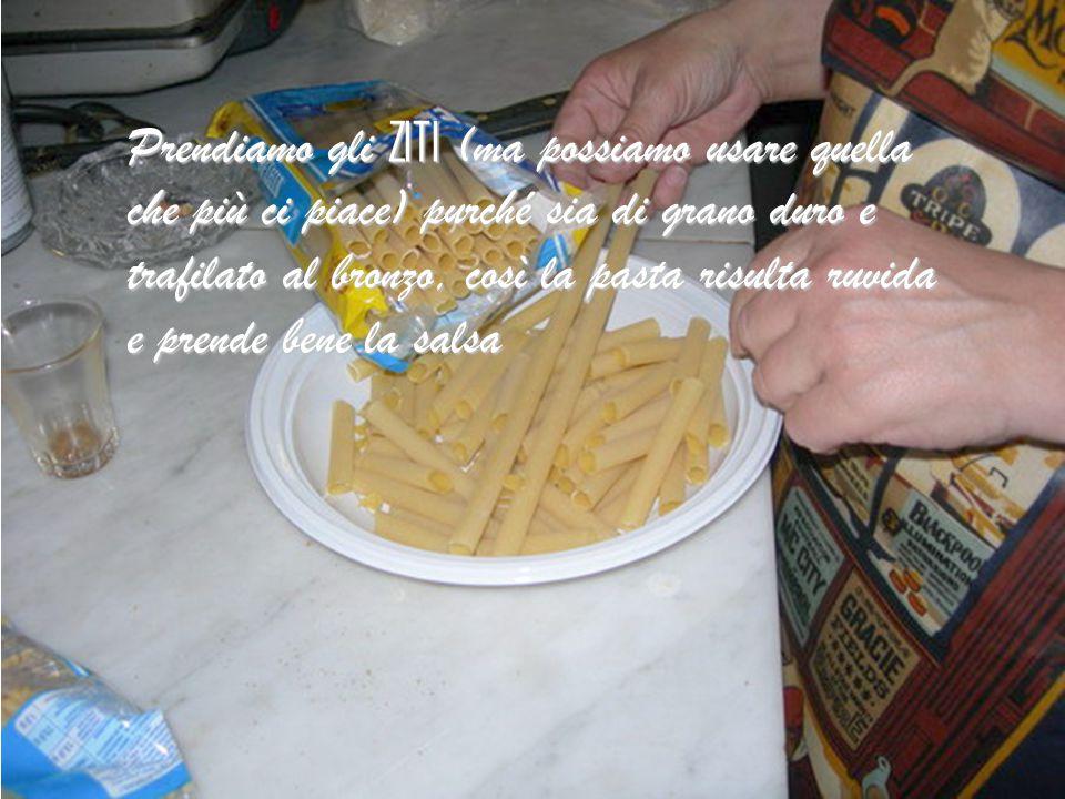Prendiamo gli ZITI (ma possiamo usare quella che più ci piace) purché sia di grano duro e trafilato al bronzo, così la pasta risulta ruvida e prende bene la salsa