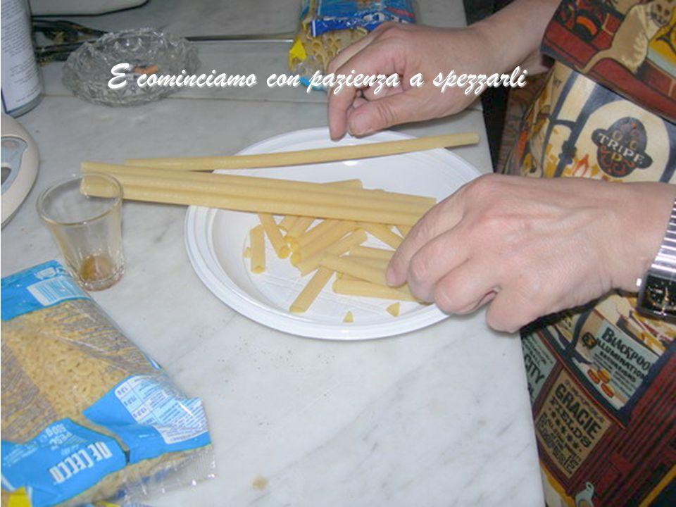 Prendiamo gli ZITI (ma possiamo usare quella che più ci piace) purché sia di grano duro e trafilato al bronzo, così la pasta risulta ruvida e prende b