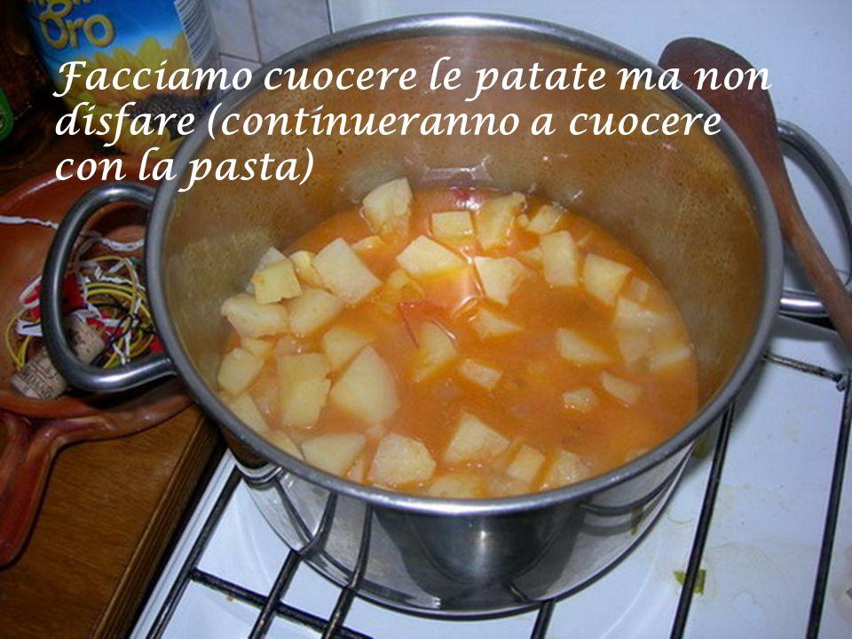 Aggiungere uno o due bicchieri di acqua e le patate che avevamo preparato…