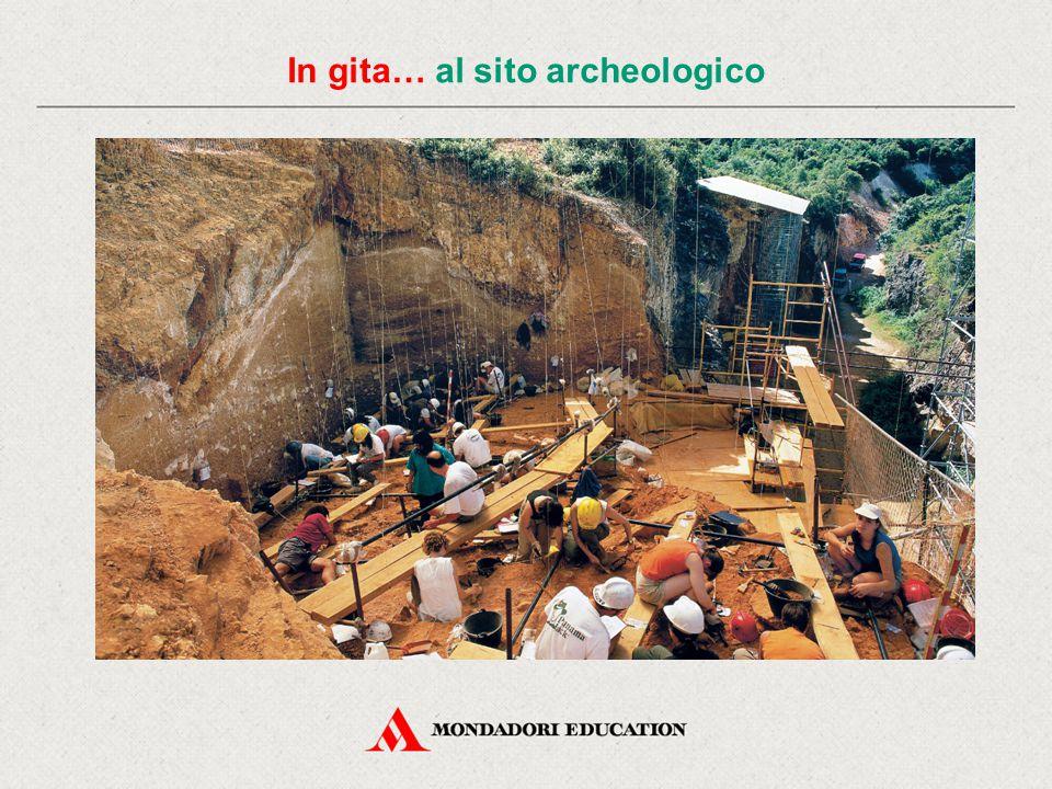 Archeologo Delimita il sito e tira delle corde formando una scacchiera sul terreno in modo da essere più preciso nel definire il luogo dove è stato rinvenuto un reperto.