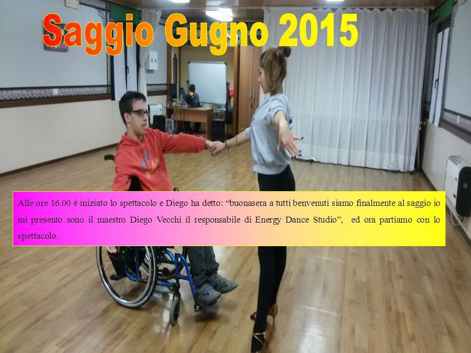 Alle ore 16.00 è iniziato lo spettacolo e Diego ha detto: buonasera a tutti benvenuti siamo finalmente al saggio io mi presento sono il maestro Diego Vecchi il responsabile di Energy Dance Studio , ed ora partiamo con lo spettacolo.