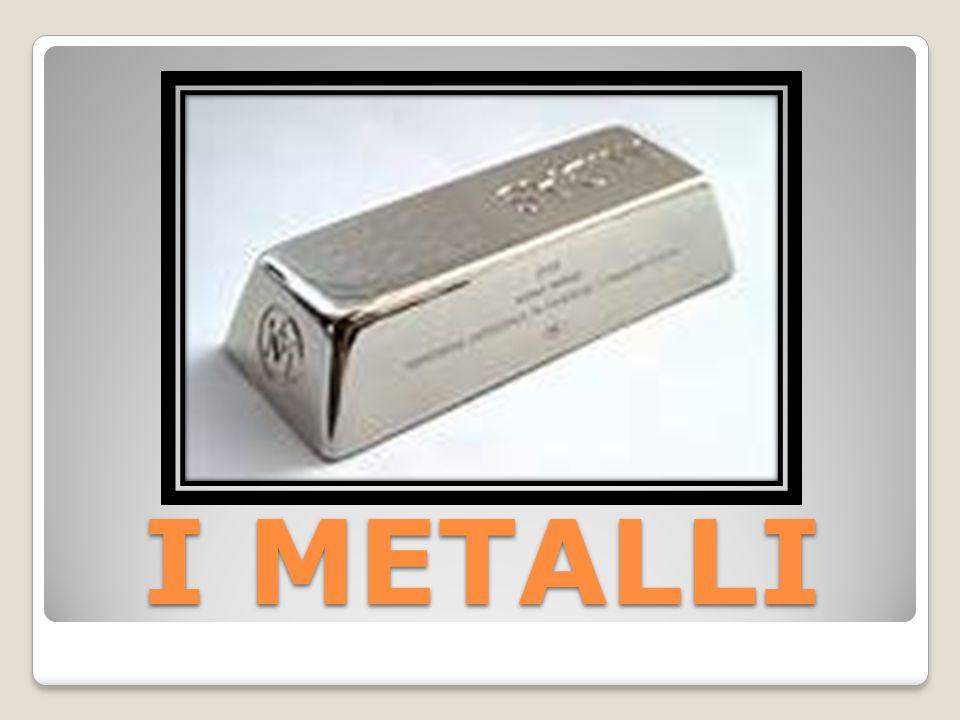 IL METALLO Il metallo è un materiale conduttore di calore e di elettricità, capace di riflettere la luce (dando luogo in tal modo alla cosiddetta lucentezza metallica) può essere attaccato dagli acidi e dalle basi, spesso con buone caratteristiche di resistenza meccanica.conduttore di caloreelettricità luceacidibasi resistenza meccanica