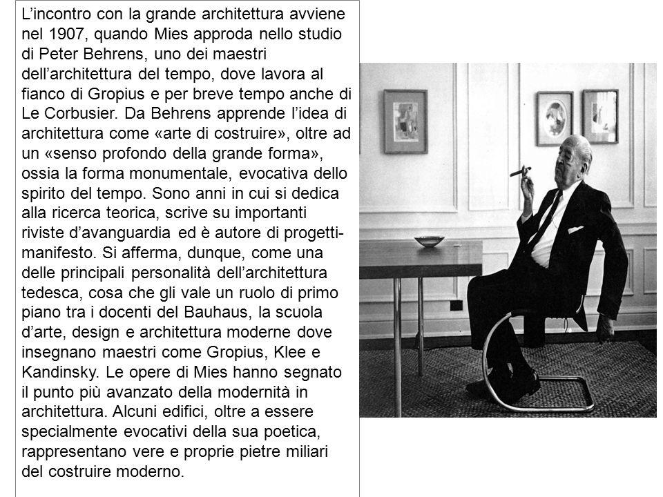 L'incontro con la grande architettura avviene nel 1907, quando Mies approda nello studio di Peter Behrens, uno dei maestri dell'architettura del tempo