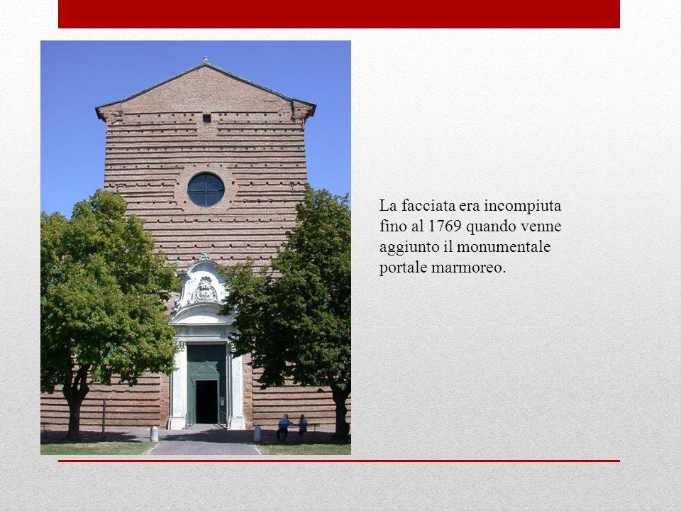 La facciata era incompiuta fino al 1769 quando venne aggiunto il monumentale portale marmoreo.