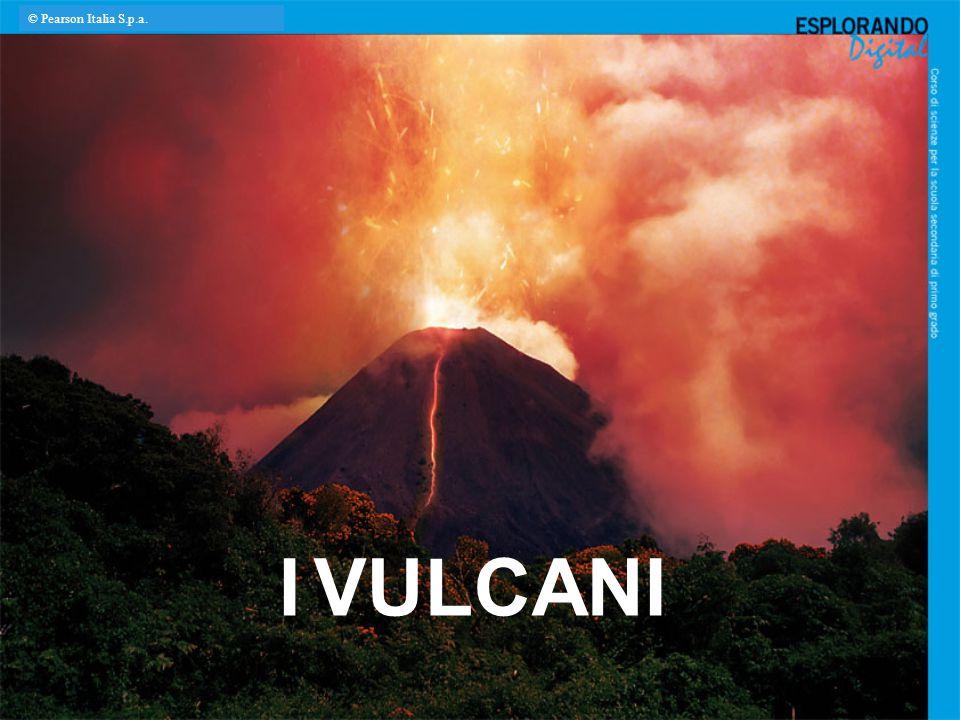 Vulcani a scudo Se la lava scorre velocemente, ricoprendo vaste aree prima di raffreddarsi, si generano edifici vulcanici dalla forma larga e appiattita.