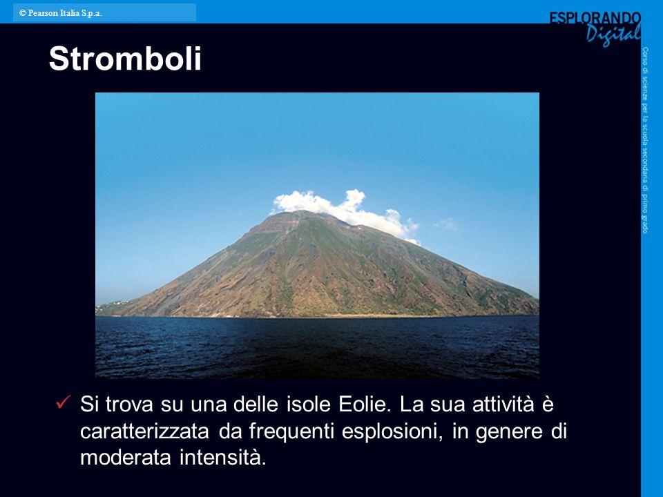 Stromboli Si trova su una delle isole Eolie. La sua attività è caratterizzata da frequenti esplosioni, in genere di moderata intensità. © Pearson Ital