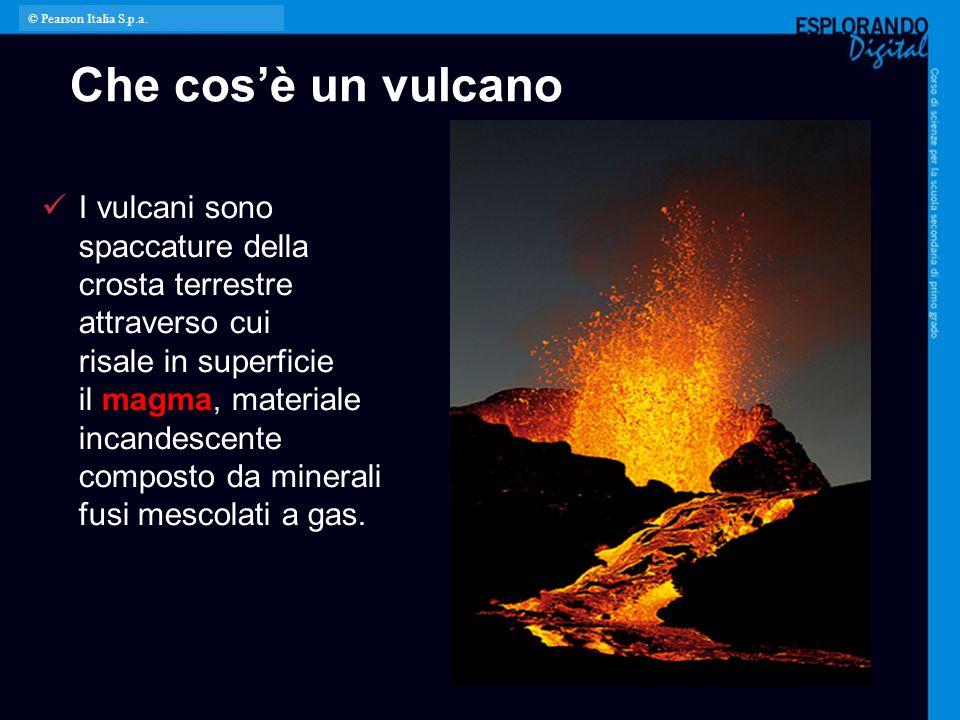 Come è fatto un vulcano Dal serbatoio magmatico, il magma risale attraverso il camino vulcanico fino a un'apertura chiamata cratere.