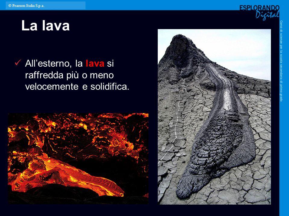 La lava All'esterno, la lava si raffredda più o meno velocemente e solidifica. © Pearson Italia S.p.a.