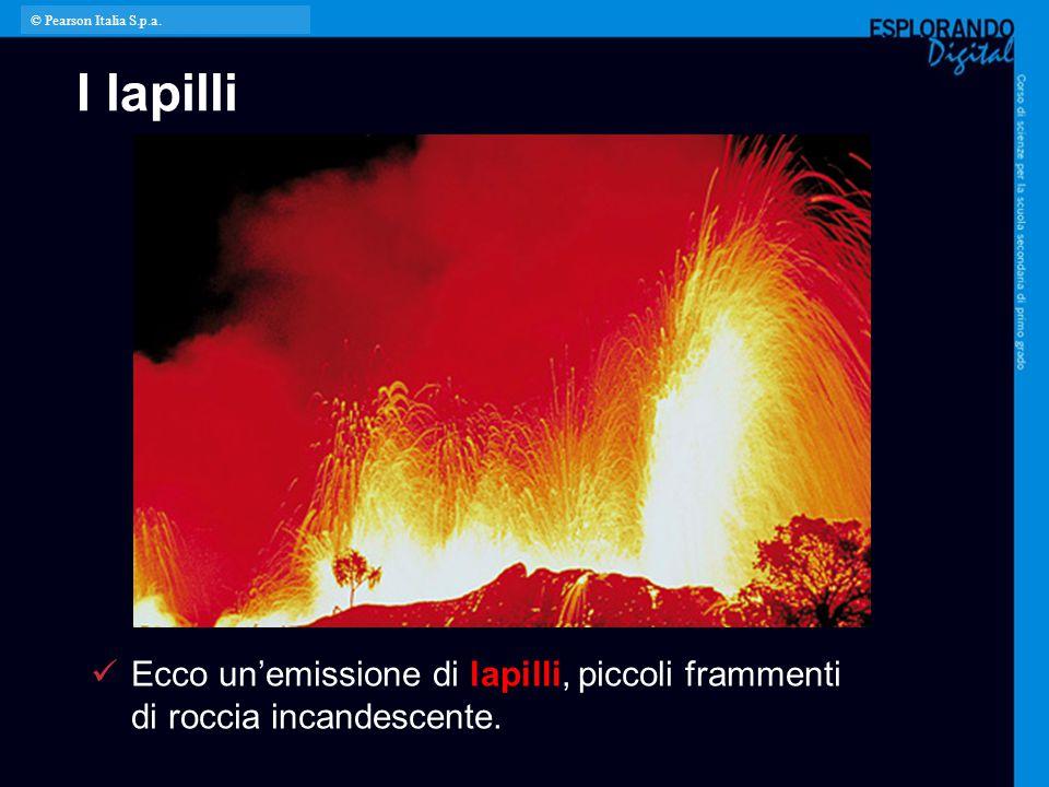 I lapilli Ecco un'emissione di lapilli, piccoli frammenti di roccia incandescente. © Pearson Italia S.p.a.