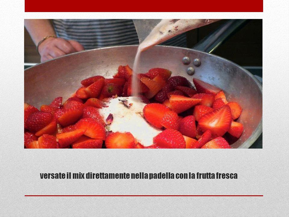 versate il mix direttamente nella padella con la frutta fresca