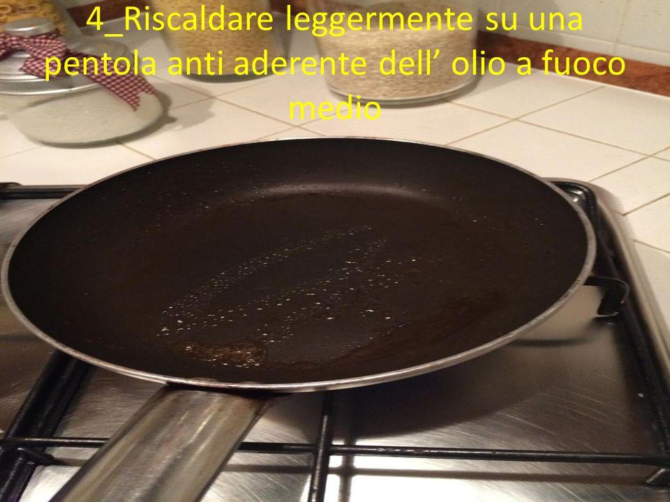 4_Riscaldare leggermente su una pentola anti aderente dell' olio a fuoco medio