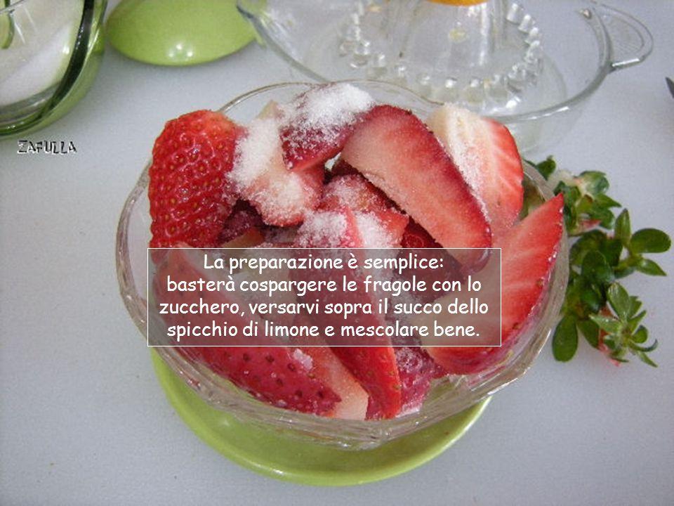 FRAGOLE AL LIMONE: Occorre una coppetta di fragole, (con le mie ne bastano tre), uno o due cucchiaini di zucchero e uno spicchio di limone.