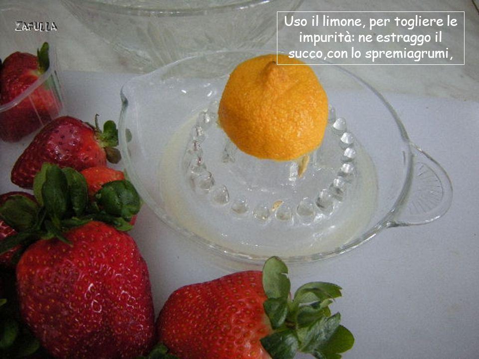 Le fragole vanno lavate molto rapidamente perché perdono sapore e si deteriorano facilmente.