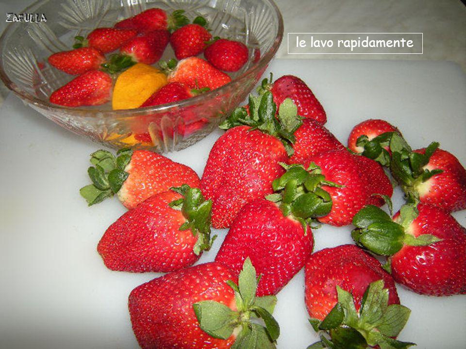 lo verso in una insalatiera con l'acqua e poi ci tuffo le fragole senza togliere le foglie;