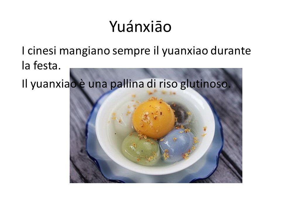 Yuánxiāo I cinesi mangiano sempre il yuanxiao durante la festa. Il yuanxiao è una pallina di riso glutinoso.