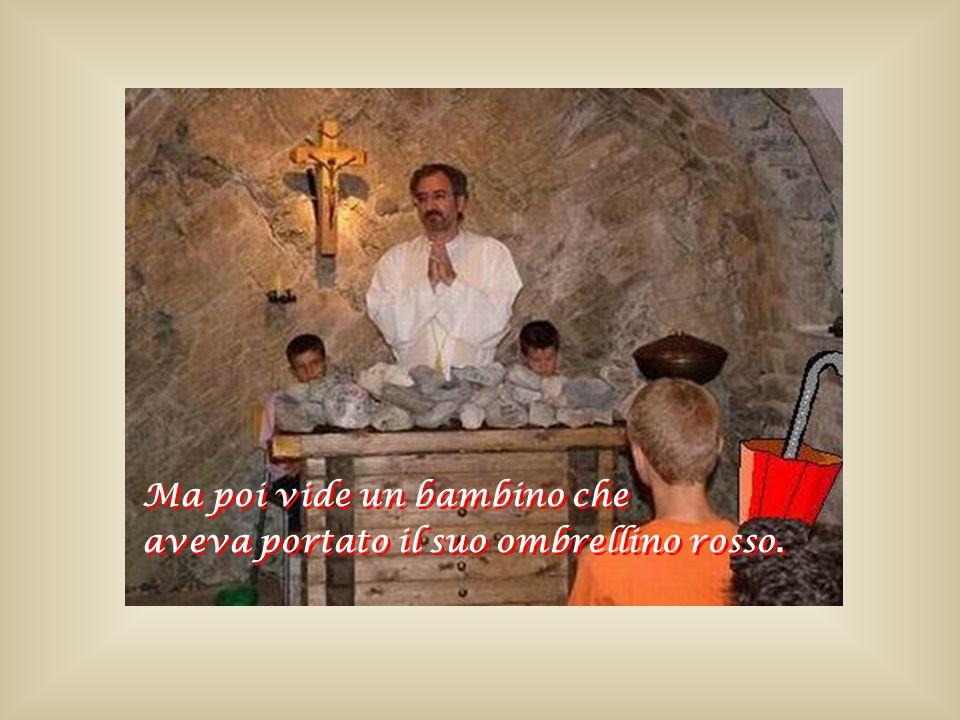 Il parroco guardava ammirato le Bibbie, le Croci, i Rosari.