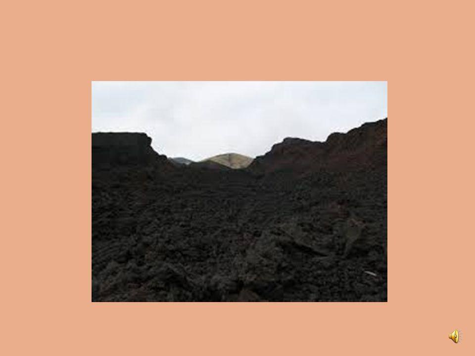 I vulcani La lava può presentarsi in diverse forme: A corda A blocchi scoriacei A fissurazione colonnare A cuscini