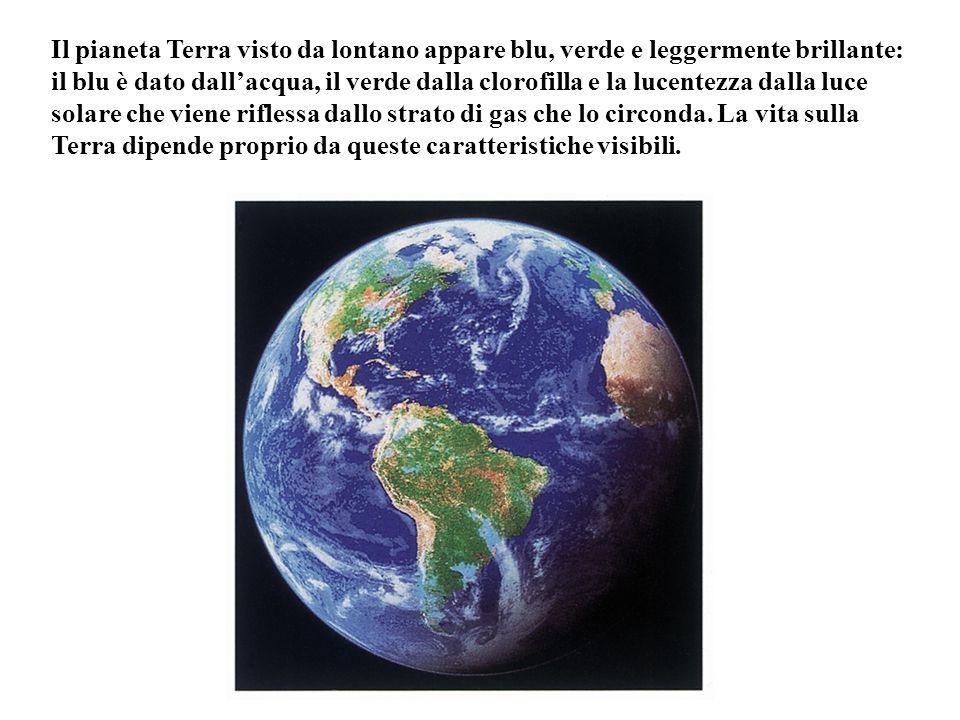 Il pianeta Terra visto da lontano appare blu, verde e leggermente brillante: il blu è dato dall'acqua, il verde dalla clorofilla e la lucentezza dalla