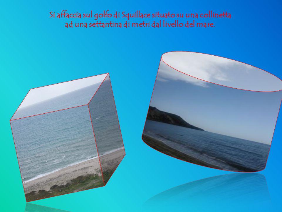 Si affaccia sul golfo di Squillace situato su una collinetta ad una settantina di metri dal livello del mare.