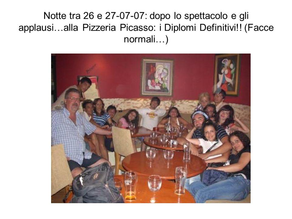 Notte tra 26 e 27-07-07: dopo lo spettacolo e gli applausi…alla Pizzeria Picasso: i Diplomi Definitivi!! (Facce normali…)