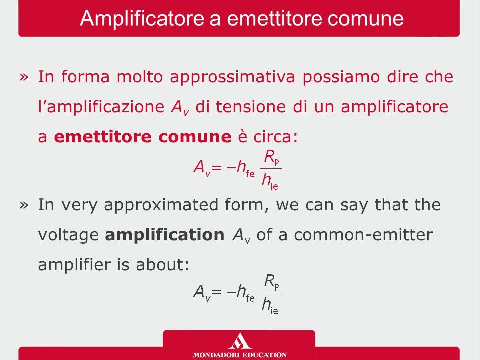 »In forma molto approssimativa possiamo dire che l'amplificazione A v di tensione di un amplificatore a emettitore comune è circa: »In very approximated form, we can say that the voltage amplification A v of a common-emitter amplifier is about: Amplificatore a emettitore comune