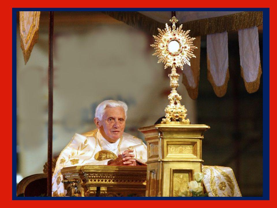 La Vergine Maria è maestra anche di questa preghiera, perché nessuno più e meglio di lei ha saputo contemplare Gesù con sguardo di fede e accogliere n