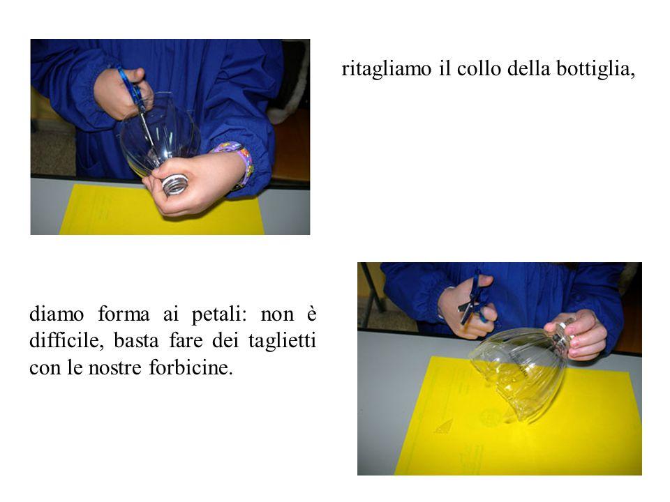 ritagliamo il collo della bottiglia, diamo forma ai petali: non è difficile, basta fare dei taglietti con le nostre forbicine.