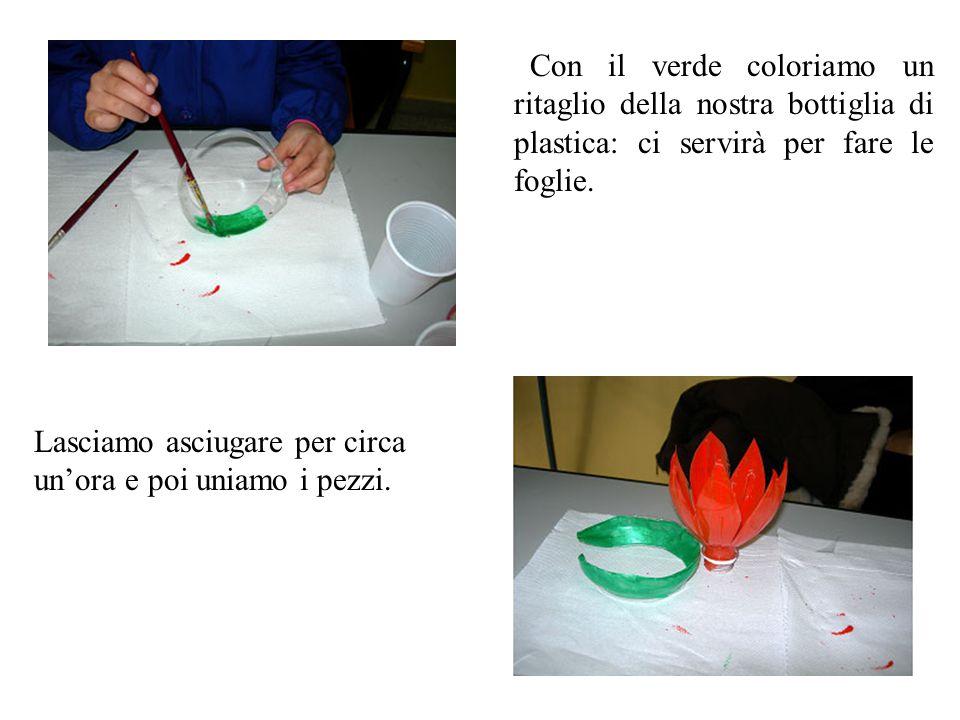  Con il verde coloriamo un ritaglio della nostra bottiglia di plastica: ci servirà per fare le foglie. Lasciamo asciugare per circa un'ora e poi unia