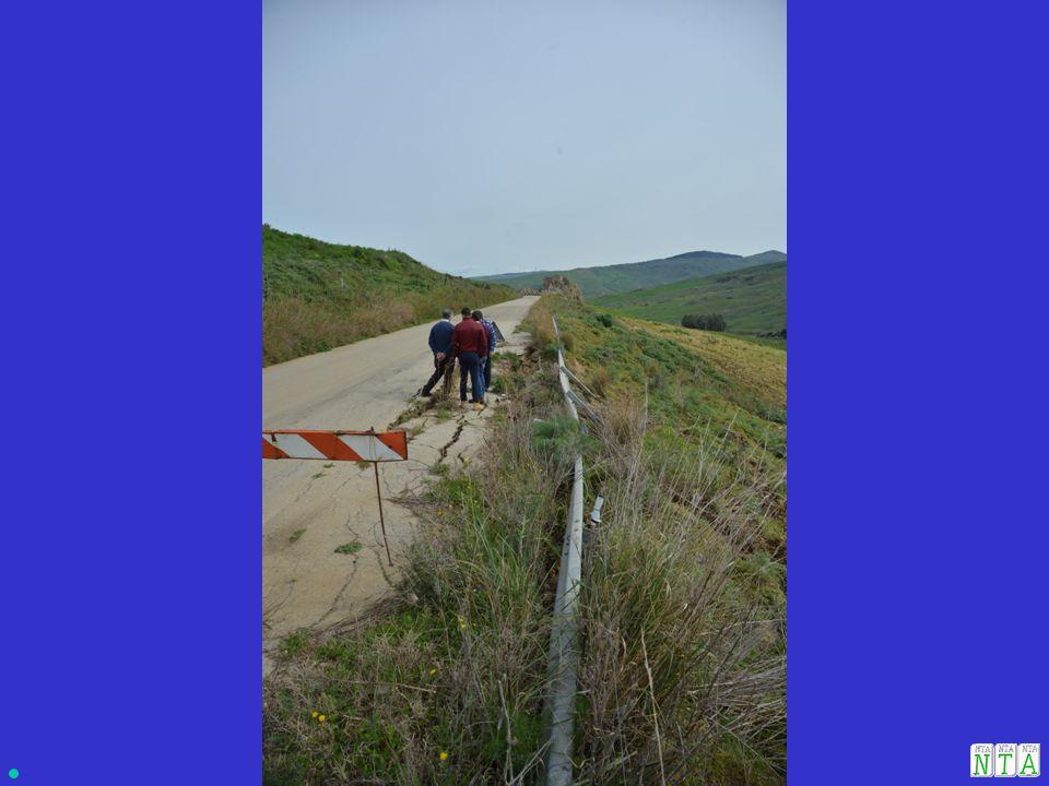 CAUSE: 1.Mancanza di regimentazione delle acque di scorrimento superficiali sulla sede viaria.
