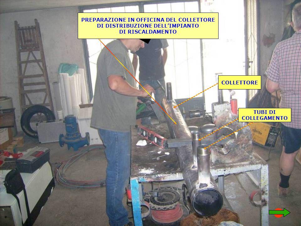 PREPARAZIONE IN OFFICINA DEL COLLETTORE DI DISTRIBUZIONE DELL'IMPIANTO DI RISCALDAMENTO COLLETTORE TUBI DI COLLEGAMENTO