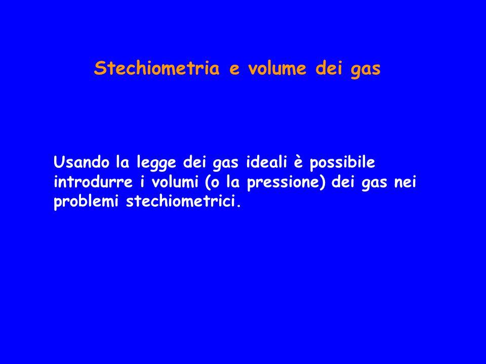 Stechiometria e volume dei gas Usando la legge dei gas ideali è possibile introdurre i volumi (o la pressione) dei gas nei problemi stechiometrici.