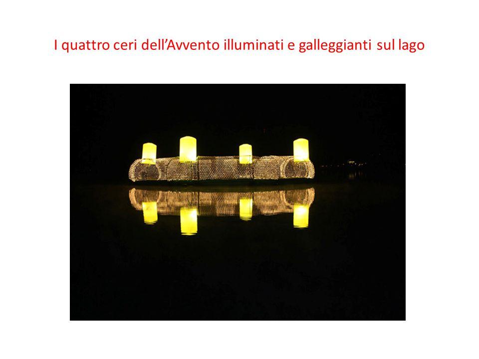 I quattro ceri dell'Avvento illuminati e galleggianti sul lago