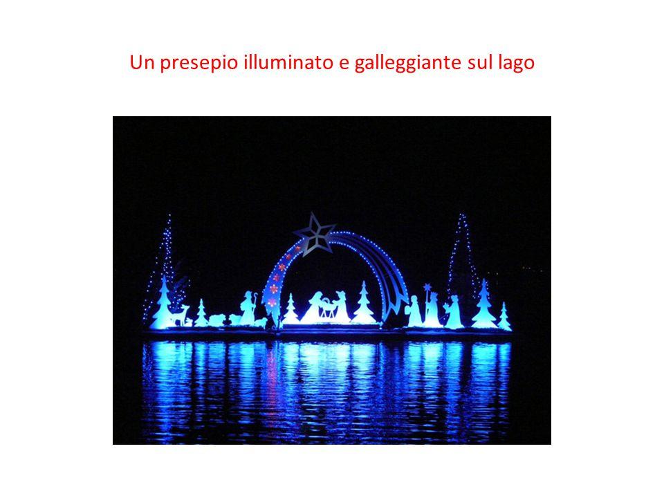 Un presepio illuminato e galleggiante sul lago