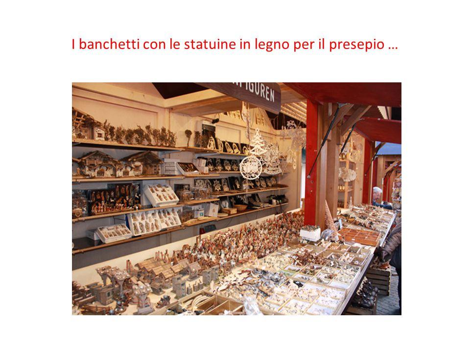 I banchetti con le statuine in legno per il presepio …