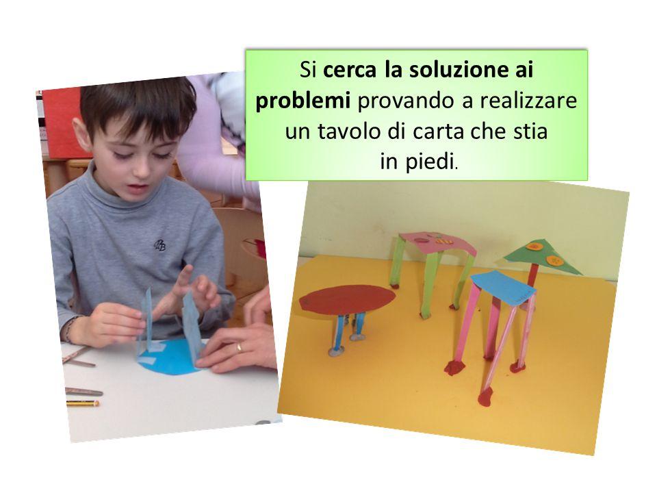 Si cerca la soluzione ai problemi provando a realizzare un tavolo di carta che stia in piedi. Si cerca la soluzione ai problemi provando a realizzare