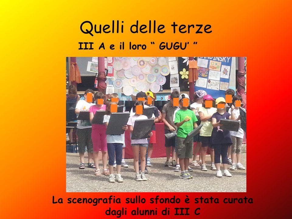 Quelli delle terze III A e il loro GUGU' La scenografia sullo sfondo è stata curata dagli alunni di III C