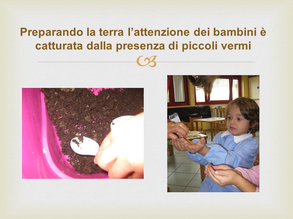  Preparando la terra l'attenzione dei bambini è catturata dalla presenza di piccoli vermi